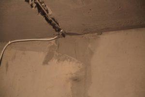 Замена скрытой проводки — штробление по потолку
