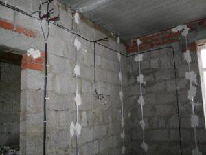 Замена открытой электропроводки по бетону и кирпичу