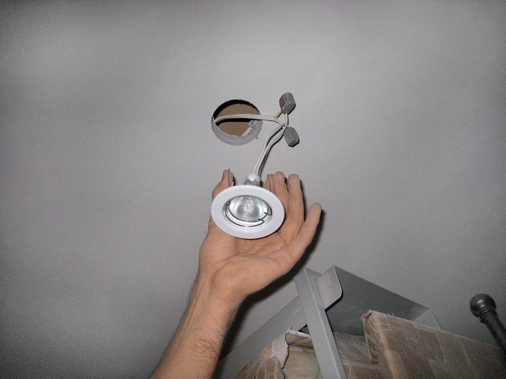zamena-lampy-tochechnyh-svetilnikov-v-gipsokarton